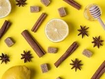 Configuration plate sur le pot lumineux jaune de sucre roux d'anis d'étoile de cannelle de citron de thé noir de fond de Honey Cl Photos libres de droits