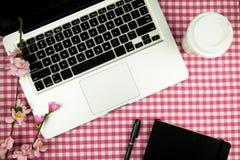 Configuration plate, table de bureau de vue supérieure Espace de travail avec l'ordinateur portable, café photographie stock libre de droits