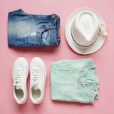 Configuration plate tirée de l'habillement et des accessoires de ressort de filles Images stock