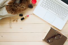 Configuration plate, tir aérien d'espace de travail de femme avec l'ordinateur portable blanc Photo libre de droits