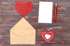 Configuration plate Vue supérieure lettre d'amour le jour de valentines de saint Carte postale faite main avec le chiffre en form Photographie stock