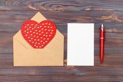 Configuration plate Vue supérieure lettre d'amour le jour de valentines de saint Carte postale faite main avec le chiffre en form Image libre de droits