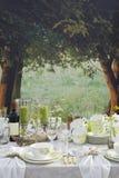 Configuration romantique de table à l'extérieur Photographie stock
