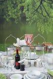Configuration romantique de table sur le lac Photographie stock