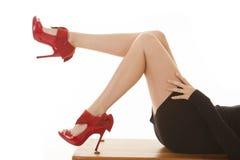 Configuration rouge de jambes de robe de noir de chaussures Image libre de droits