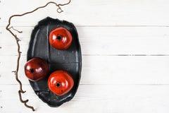 Configuration rouge en céramique d'appartement de beaucoup de grenades Photos stock