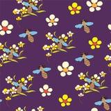 Configuration sans joint avec des fleurs et des abeilles sur b violet Images stock