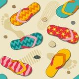 Configuration sans joint avec le sable et les chaussons de plage Image stock