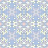 Configuration sans joint florale Fond bleu-clair avec les éléments beiges et roses de fleur Image libre de droits