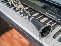Configurations de clarinette au-dessus du clavier numérique images libres de droits