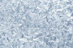 Configurations de gel sur la glace d'hublot en hiver Texture en verre givré bleu Photographie stock libre de droits