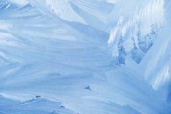 Configurations de gel sur la glace d'hublot en hiver Texture en verre givré bleu Photo stock