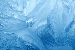 Configurations de gel sur la glace d'hublot en hiver Texture en verre givré bleu Image libre de droits