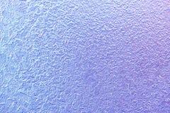 Configurations de gel sur la glace d'hublot en hiver Texture en verre givré bleu et pourpre Photos libres de droits