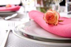 Configurations romantiques de table photos stock