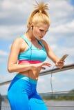 Configurazione atletica di costituzione fisica sottile adatta degli abiti sportivi delle donne dell'atleta Immagini Stock Libere da Diritti