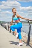 Configurazione atletica di costituzione fisica sottile adatta degli abiti sportivi delle donne dell'atleta Fotografie Stock