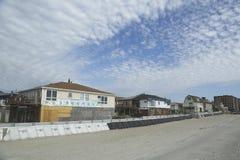 Configurazione della barriera protettiva per impedire danno nella zona residenziale devastante un anno dopo l'uragano sabbioso Fotografia Stock Libera da Diritti