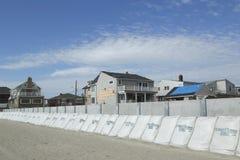 Configurazione della barriera protettiva per impedire danno nella zona residenziale devastante un anno dopo l'uragano sabbioso Immagini Stock