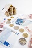 Configurazione domestica con le euro banconote con un percorso fatto delle monete - busi Fotografia Stock Libera da Diritti