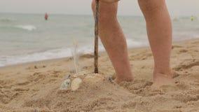 Configurazioni della bambina della sabbia stock footage