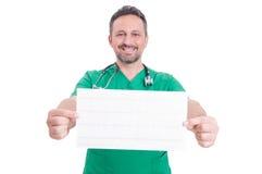 Confindent kardiolog som rymmer en ekg Arkivfoto