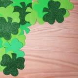 Confine d'angolo dell'acetosella sopra fondo di legno. Il giorno di St Patrick. Fotografia Stock Libera da Diritti