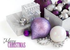 Confine d'argento e porpora degli ornamenti di Natale Fotografie Stock Libere da Diritti