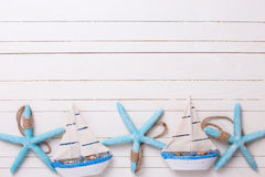 Confine dalle barche a vela decorative e dagli oggetti marini su di legno Immagine Stock Libera da Diritti