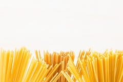 Confine decorativo degli spaghetti italiani di generi di punte isolati su fondo bianco immagine stock libera da diritti