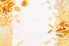 Confine decorativo del fondo della pasta dei maccheroni differenti dell'italiano di generi dell'assortimento Immagini Stock