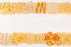 Confine decorativo del fondo della pasta dei maccheroni differenti dell'italiano di generi dell'assortimento Fotografia Stock Libera da Diritti