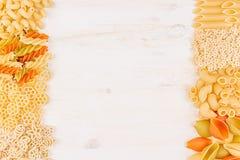 Confine decorativo del fondo della pasta dei maccheroni differenti dell'italiano di generi dell'assortimento Immagine Stock Libera da Diritti