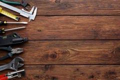 Confine degli strumenti di riparazione su fondo di legno con lo spazio della copia Fotografia Stock Libera da Diritti
