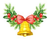 Confine dei brunch del pino e di Holly Berry Segnalatore acustico dorato con l'arco rosso Fotografie Stock Libere da Diritti