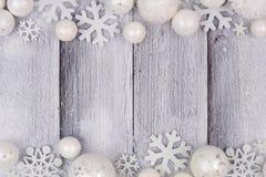 Confine del doppio dell'ornamento di natale bianco con neve su legno bianco Fotografie Stock