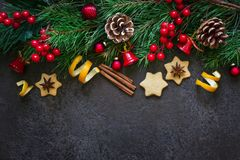 Confine del fondo di Natale dei rami dell'abete e giocattoli e spezie di Natale Vista superiore con lo spazio della copia Fotografie Stock