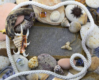Confine del mare con le pietre e la corda Fotografia Stock