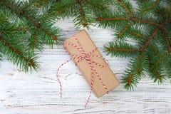 Confine del regalo di Natale con i rami su un fondo di legno rustico Fotografia Stock Libera da Diritti