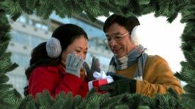 Confine dell'albero di Natale con le coppie che danno regalo archivi video