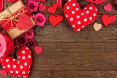 Confine dell'angolo di giorno di biglietti di S. Valentino dei cuori, dei regali, dei fiori e della decorazione su legno rustico Immagine Stock