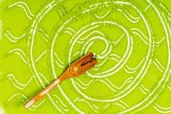 Confine della fine in polvere di punto di vista superiore del tè verde su immagini stock libere da diritti