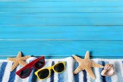 Confine della spiaggia di estate, stella marina, occhiali da sole, legno blu, spazio della copia Fotografia Stock