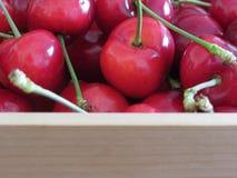 Confine delle ciliege fresche su fondo di legno con lo spazio della copia Fotografia Stock Libera da Diritti