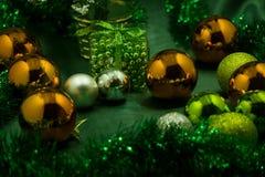 Confine di Natale degli ornamenti e dei rami dell'oro Immagine Stock