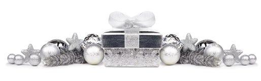 Confine di Natale degli ornamenti e del regalo d'argento sopra bianco Immagini Stock Libere da Diritti