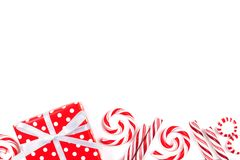 Confine di Natale dei regali e delle caramelle rossi e bianchi Fotografia Stock