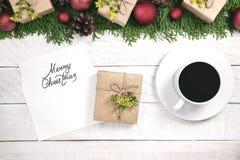 Confine di Natale di tui ed ornamento con le palle ed i coni rossi E Fotografia Stock Libera da Diritti