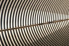 Confine semicircolare ondulato della grondaia del ferro con acqua fotografia stock libera da diritti