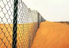 Confine in un deserto immagine stock
